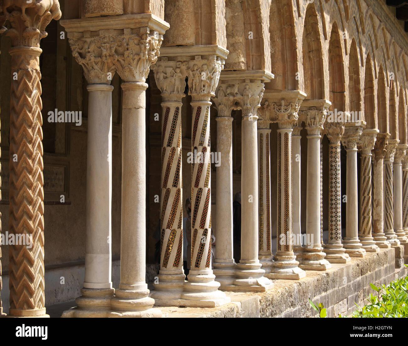 Chiostro con pilastri ornati nel cortile della Cattedrale di Monreale, Monreale, sicilia, Italia Immagini Stock