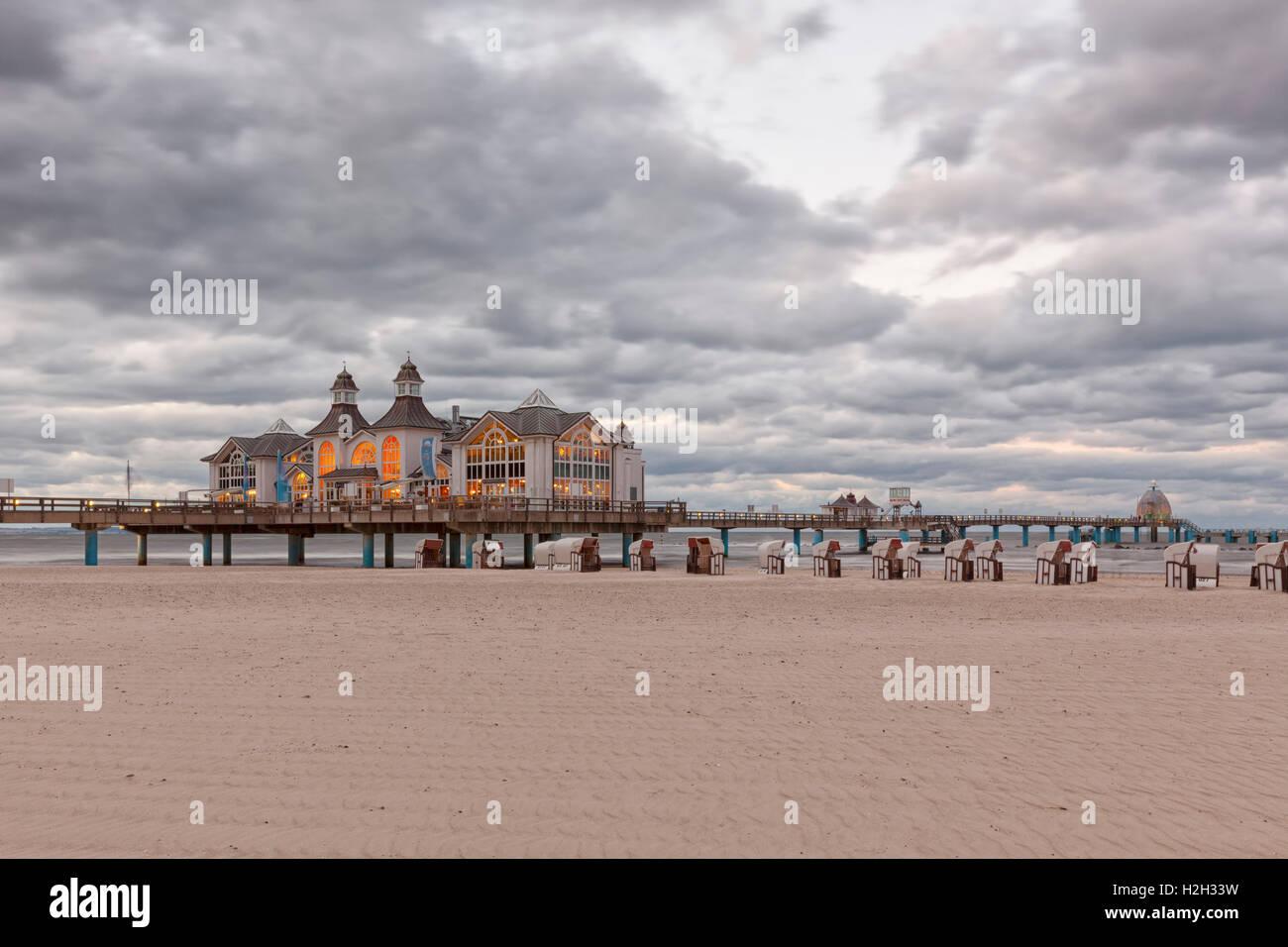 La spiaggia e il molo storico a Ostseebad Sellin, Ruegen, Germania, al crepuscolo Immagini Stock