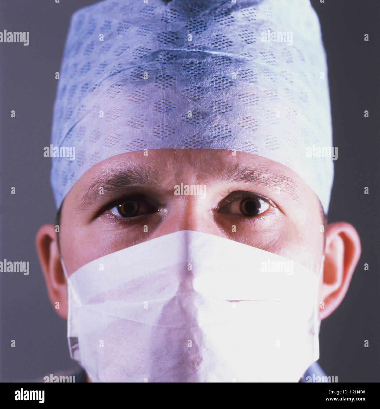 Chirurgo indossando maschera e la copertura della testa Immagini Stock