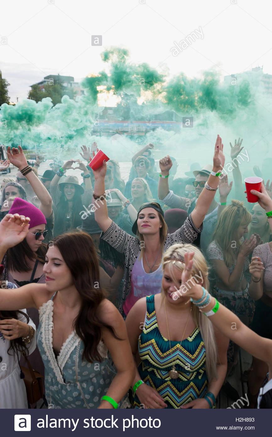 Giovani donne tifo in polvere folla presso i festival estivi di musica Immagini Stock