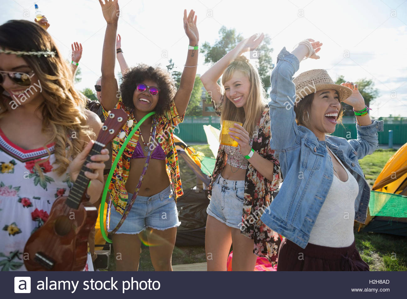 Entusiasta di giovani donne che danzano al festival musicale estivo Immagini Stock