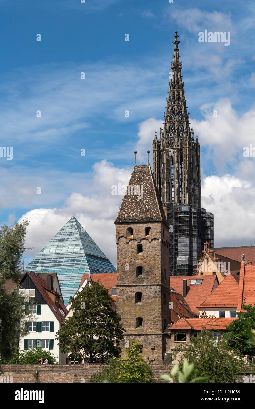 Metzgerturm o di macellerie torre con la piramide di vetro della biblioteca centrale e l'Ulm Minster, Ulm, Baden-Württemberg, Germania, Foto Stock