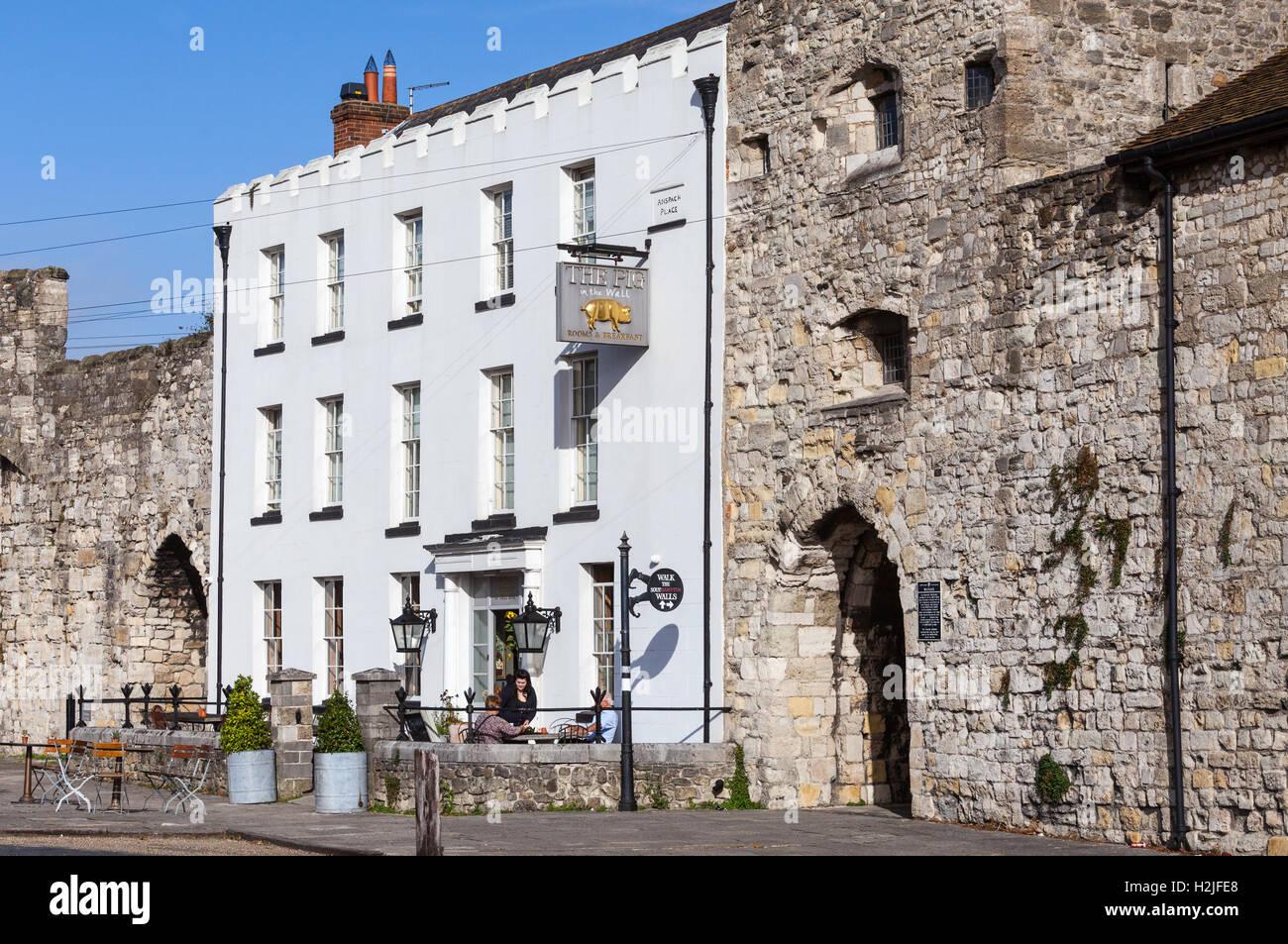 Il maiale nella parete hotel e ristorante boutique situato tra le mura storiche di Southampton Immagini Stock