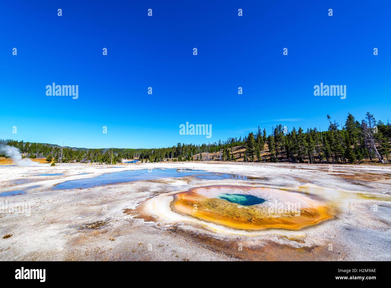 Ampio angolo di visione cromatica della piscina nel parco nazionale di Yellowstone Immagini Stock