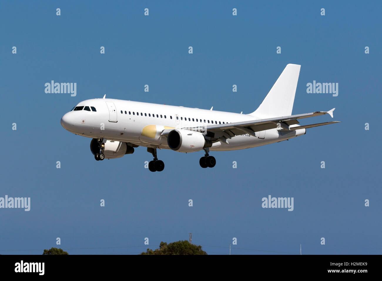 Hyperion Aviation Airbus A319-111 [9H-LCB] arrivando pista 31 in tutti livrea bianca, con alcuni pannelli sostituito Immagini Stock