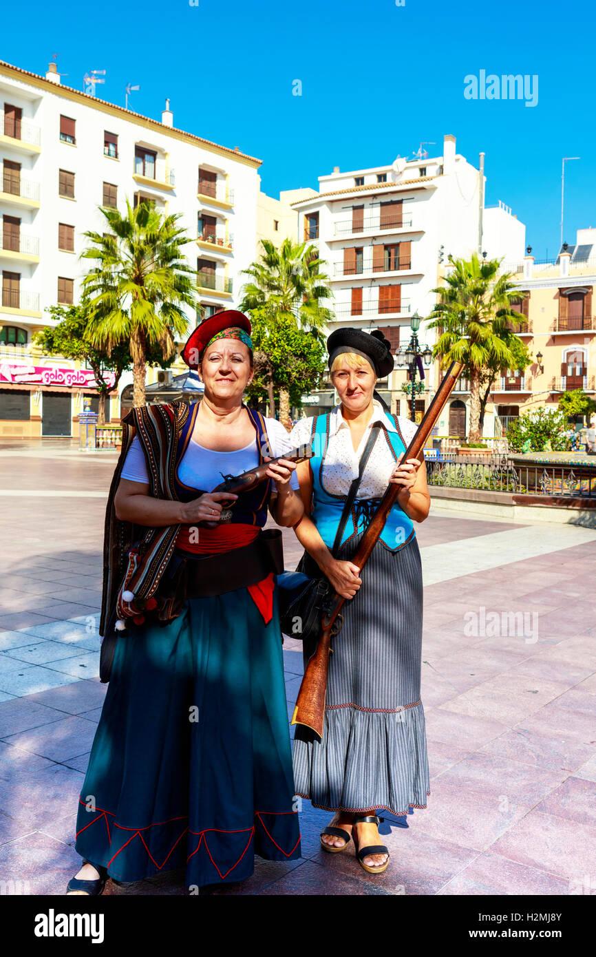 Due donne in costume corsair con pistole a Plaza Alta in Algeciras, Spagna. Immagini Stock