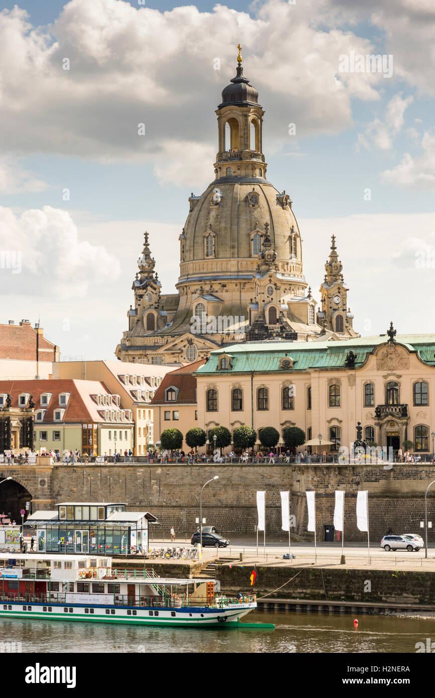 DRESDEN, Germania - 22 agosto: Turisti alla passeggiata lungo il fiume Elba a Dresda, in Germania il 22 agosto 2016. Immagini Stock