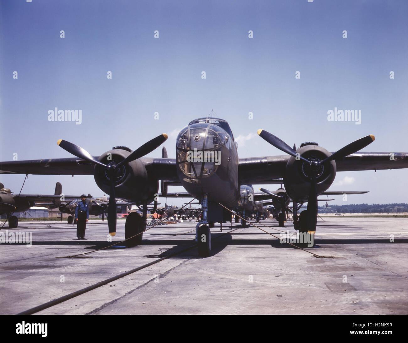 B-25 bombardieri all'aperto sulla linea di assemblaggio, la North American Aviation, Inc, Kansas City, Kansas, Immagini Stock