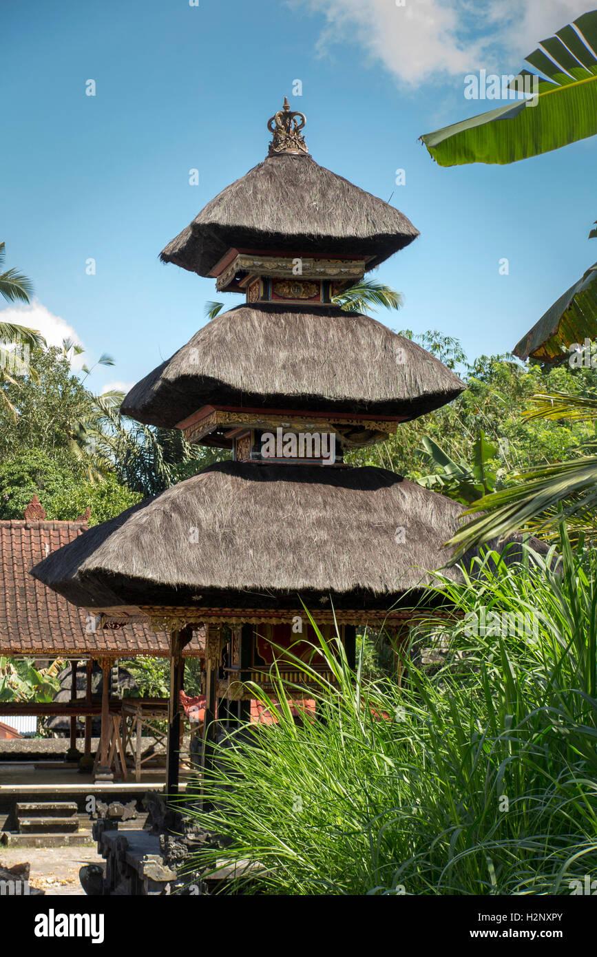 Indonesia, Bali, Putung, tierd santuario con tetto in paglia in un tempio indù Immagini Stock