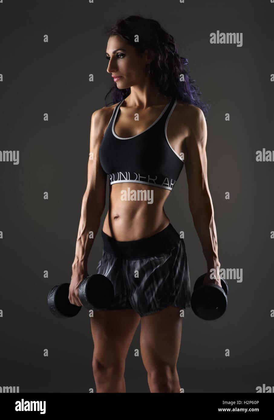 Femmina con pesi pronto per l'esercizio Immagini Stock