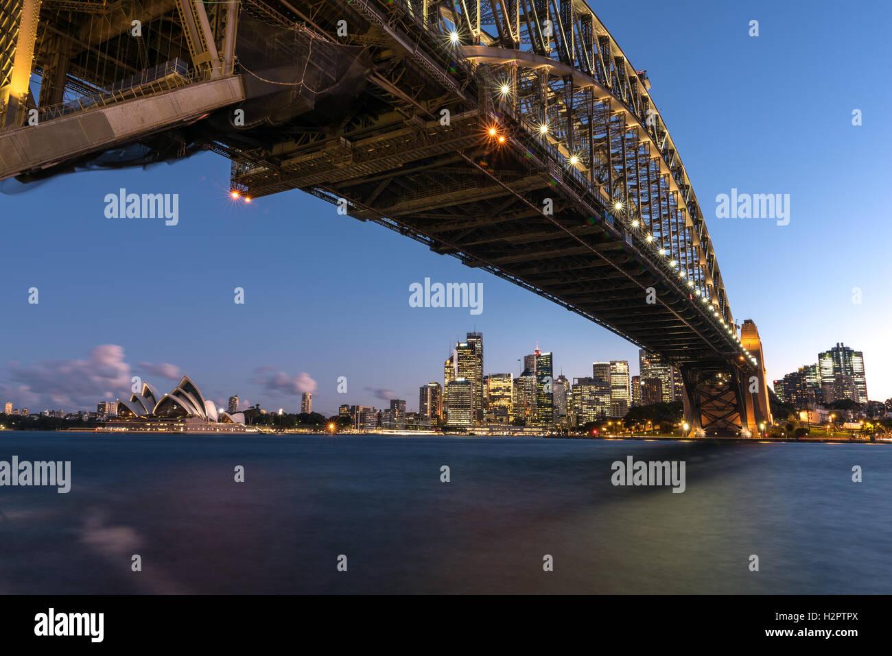 La Opera House di Sydney e il Sydney Central Business District incorniciata dal Ponte del Porto di Sydney Foto Stock