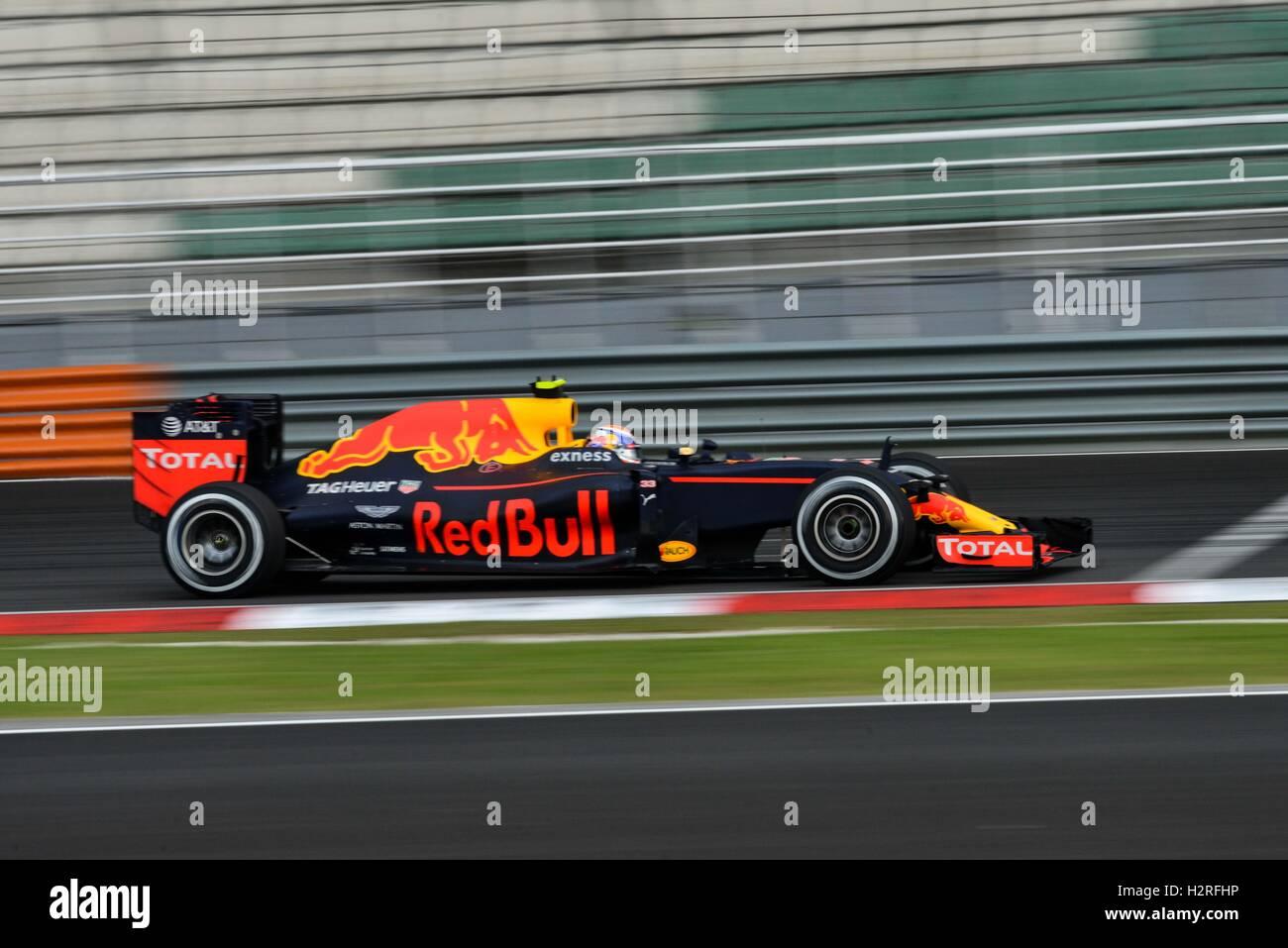 Sepang, Malesia. 1 Ott 2016. La Red Bull Racing driver Max Verstappen rigidi durante la sessione di qualifiche della Immagini Stock
