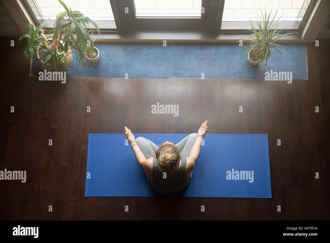 Lo Yoga a casa: concetto di meditazione Immagini Stock