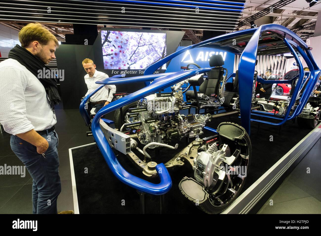 Società Aisin visualizzando il loro più recente tecnologia di auto al Motor Show di Parigi 2016 Immagini Stock