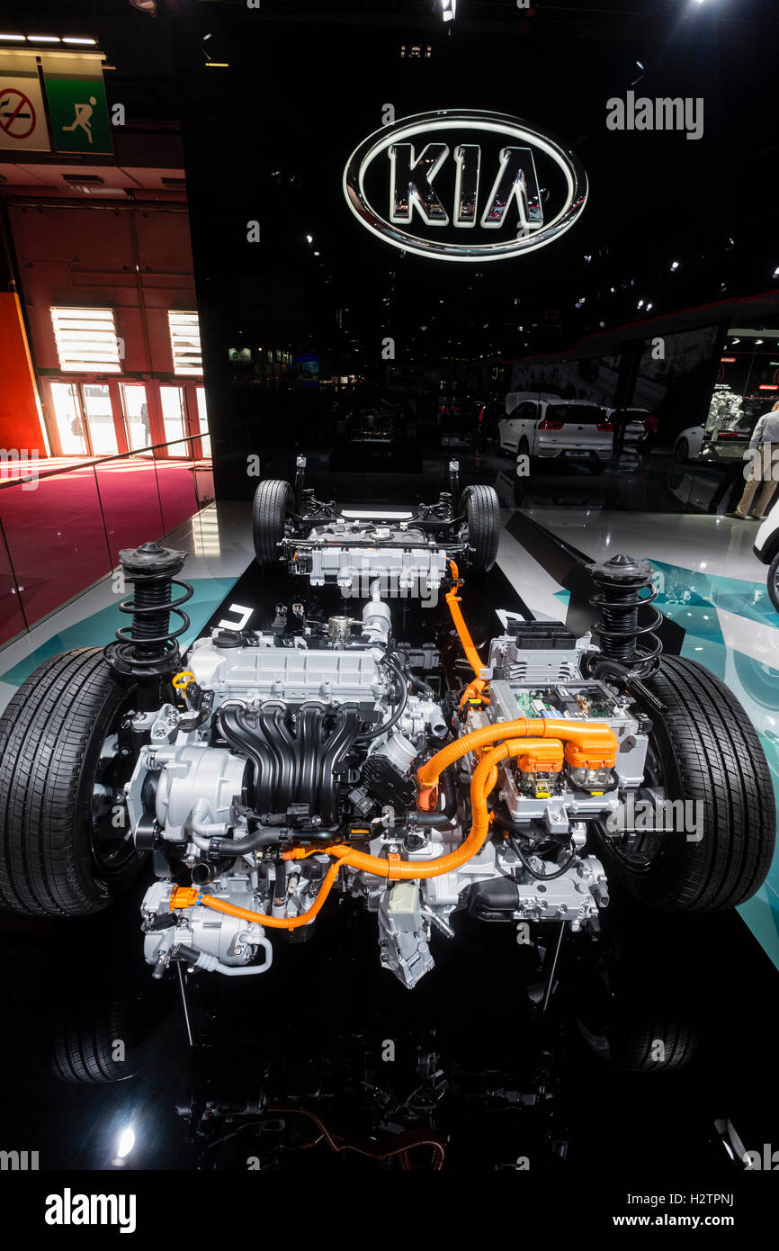 Vista del motore e telaio della nuova Kia Niro crossover veicolo ibrido al Paris Motor Show 2016 Immagini Stock