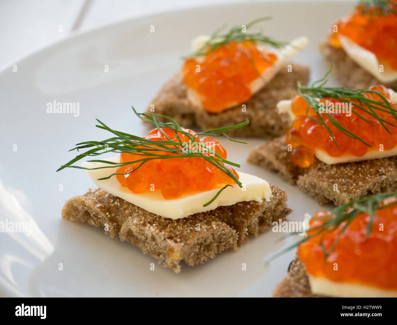Crostini con caviale rosso e burro closeup Immagini Stock