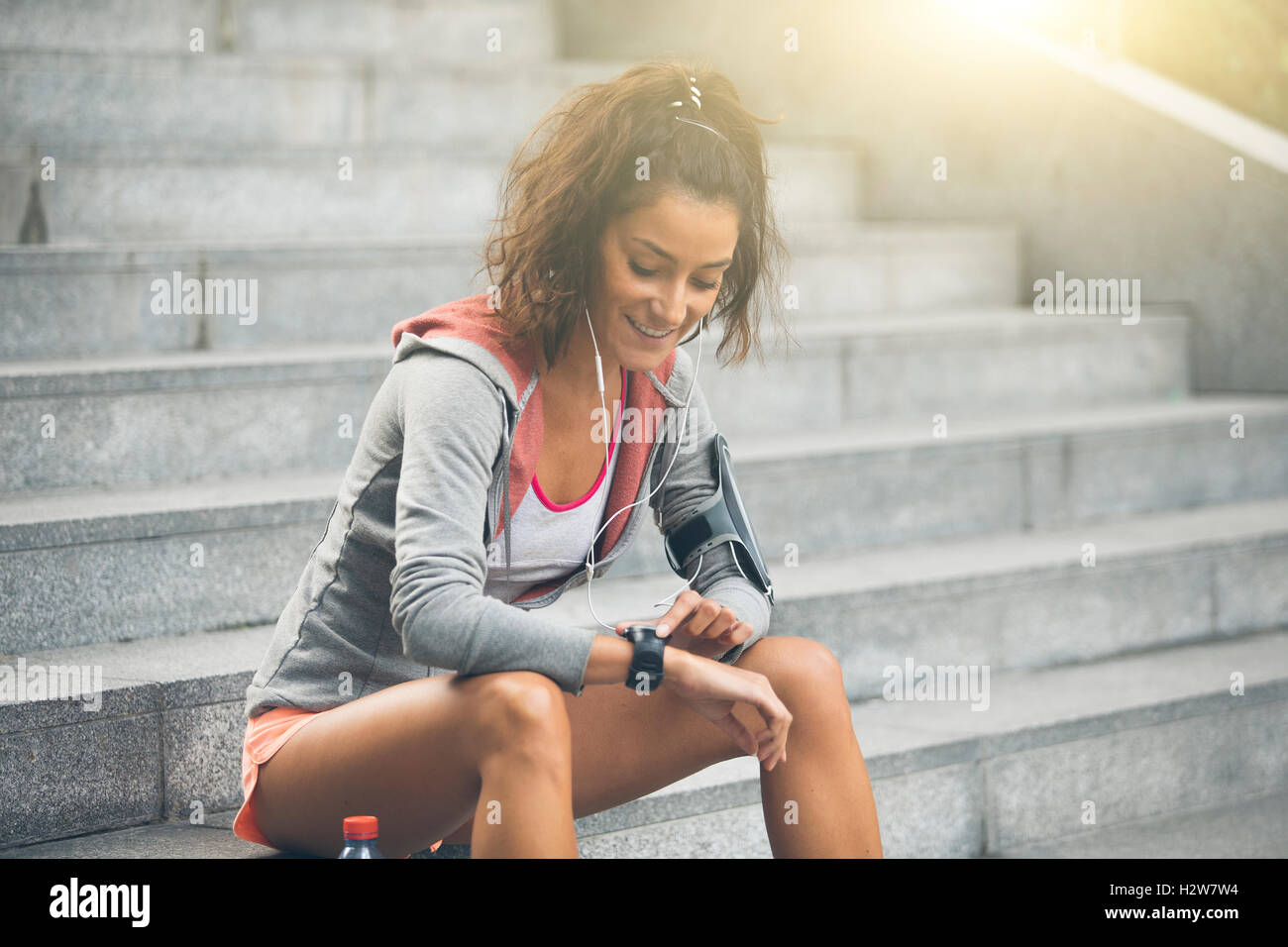 Femminile guardando il suo orologio sportivo. Misurazione della frequenza cardiaca Immagini Stock