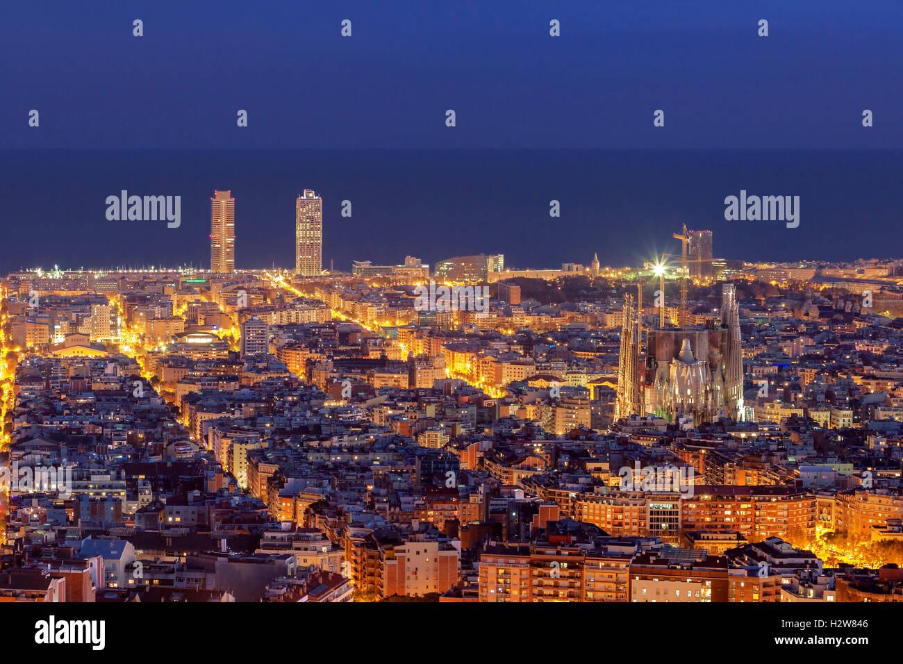 Barcellona panorama sullo skyline di notte Immagini Stock