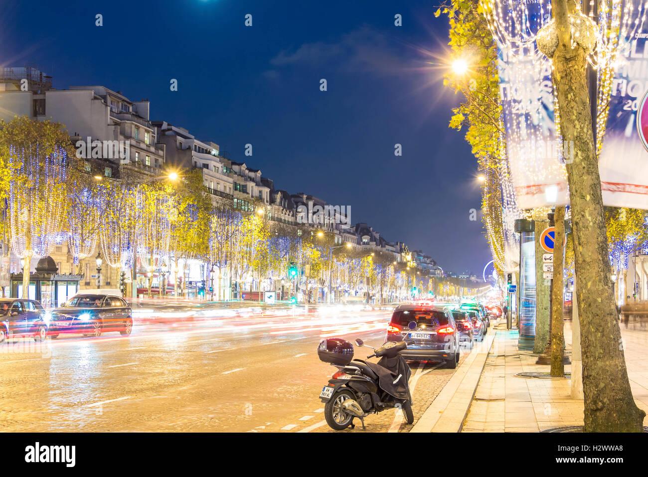 Parigi; France-November 23, 2015 : la decorazione di Natale su Avenue Champs Elysees, offuscata auto moto a Parigi, Immagini Stock