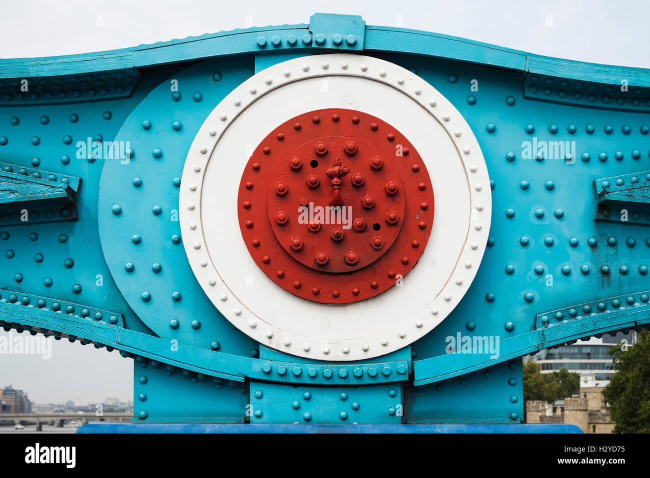 Verniciato colorato di parti in acciaio con i dadi, le viti e i rivetti della catena di due elementi di collegamento del Tower Bridge ponte di sospensione in Londra, Regno Unito Foto Stock