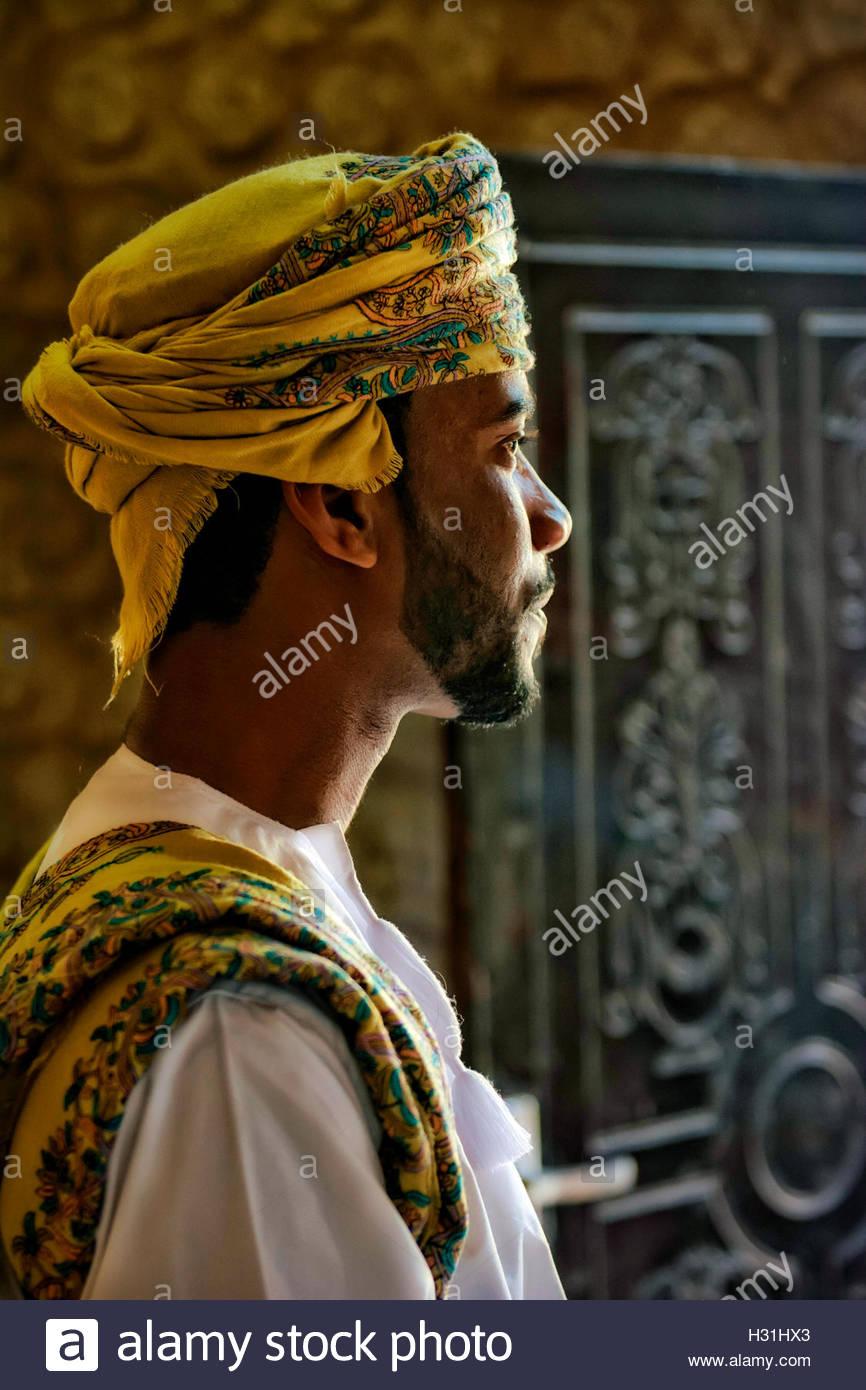 Oman uomo a Al Ashkharah con abito, turbante e telo di grandi eventi Immagini Stock
