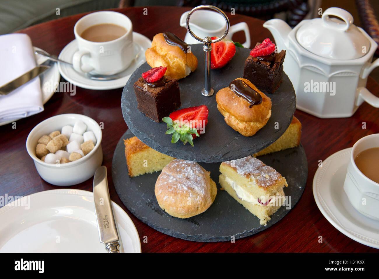 """'Mill House Hotel', Swallowfield, Berkshire, Regno Unito. """"Il tè del pomeriggio' torta torte Immagini Stock"""
