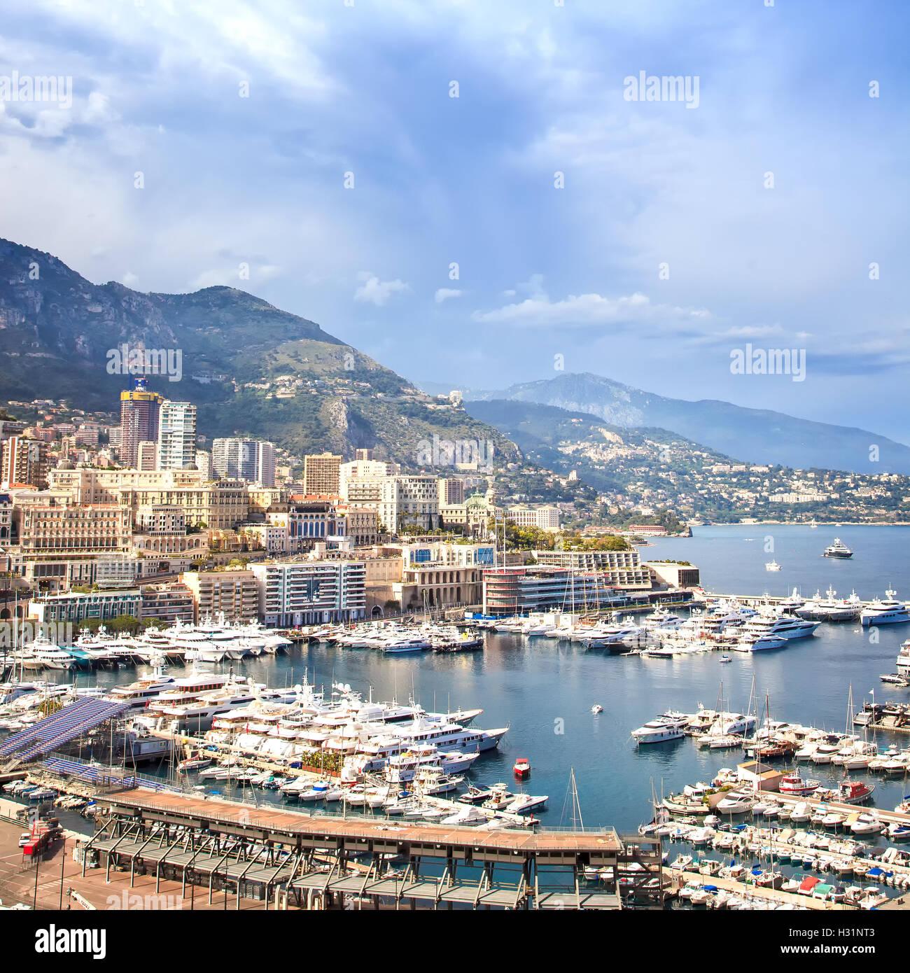 Monaco Montecarlo cityscape, principato antenna e vista sul porto Grattacieli, montagne e marina. Costa Azzurra. Immagini Stock