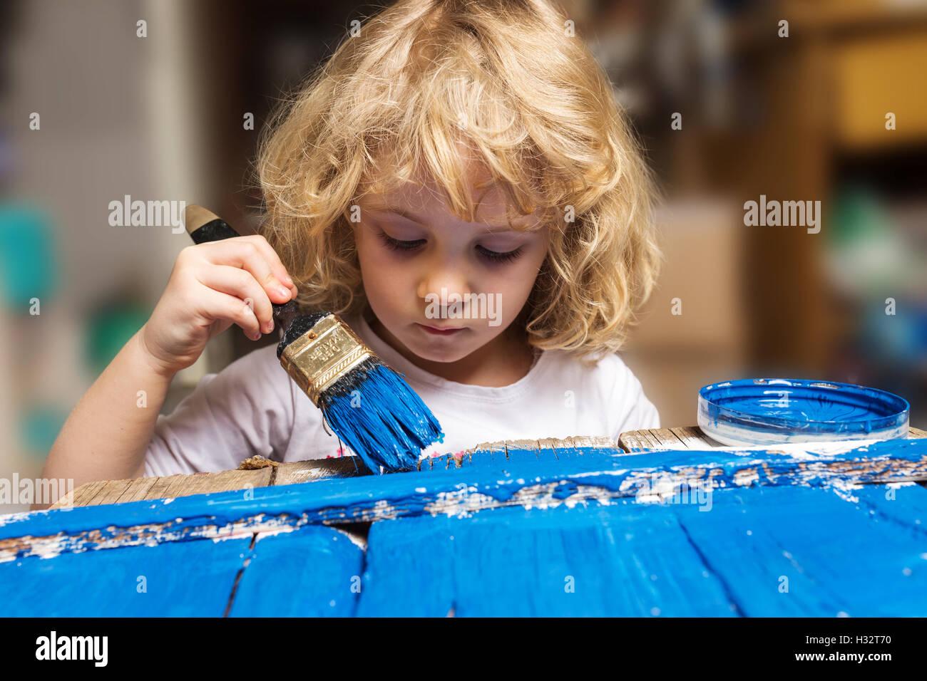 Verniciare Un Tavolo Di Legno bambina di verniciatura di un tavolo di legno con lo
