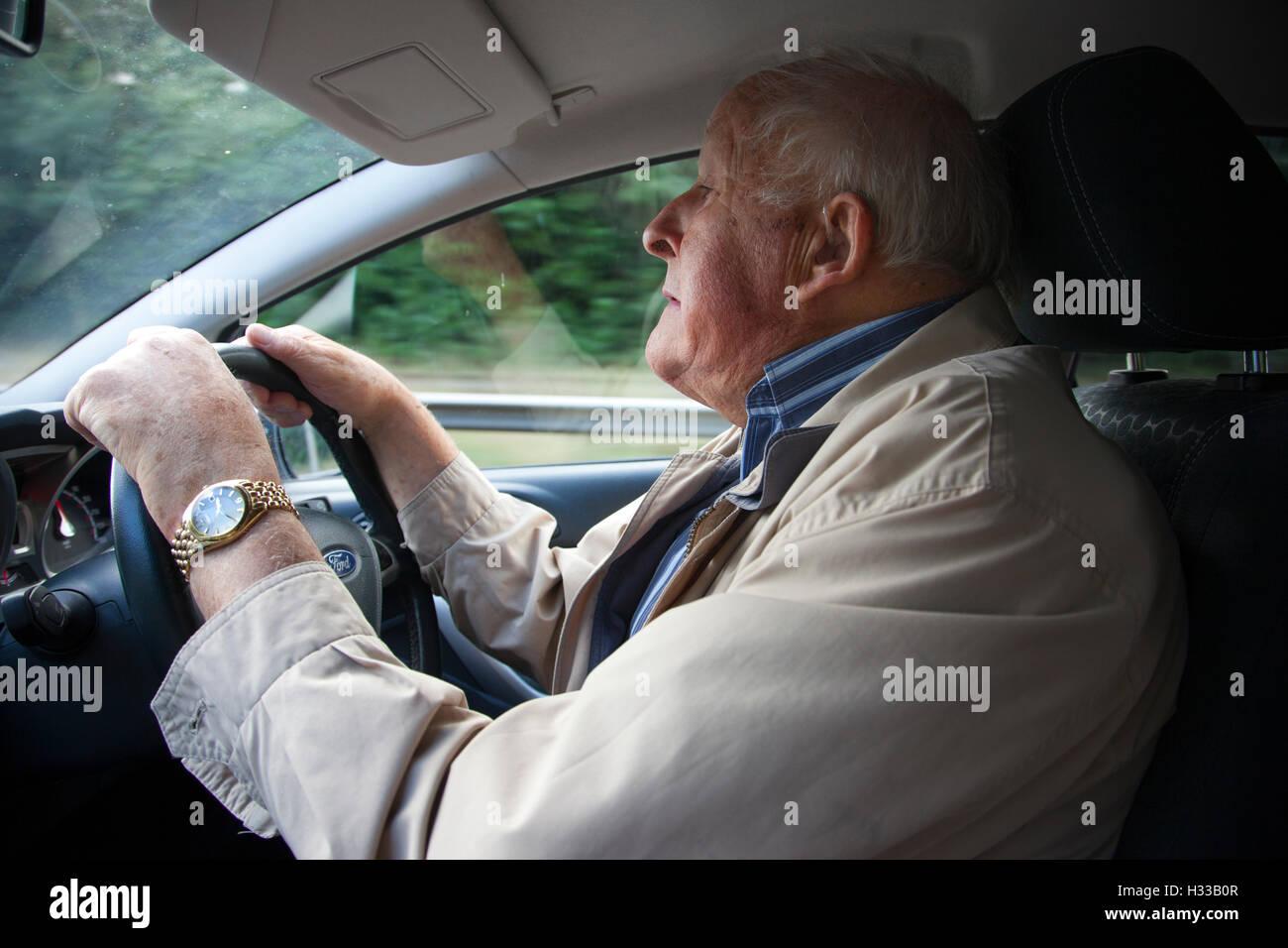 Close up uomo anziano (83 anni) alla guida della sua automobile, Regno Unito Immagini Stock
