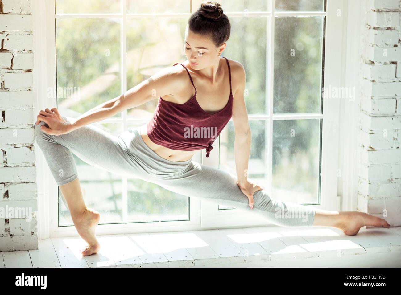 Bellissima femmina stretching ballerino il suo corpo Immagini Stock