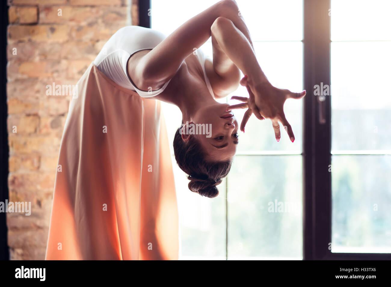 Fiducioso ballerino femmina flessione all'indietro Immagini Stock