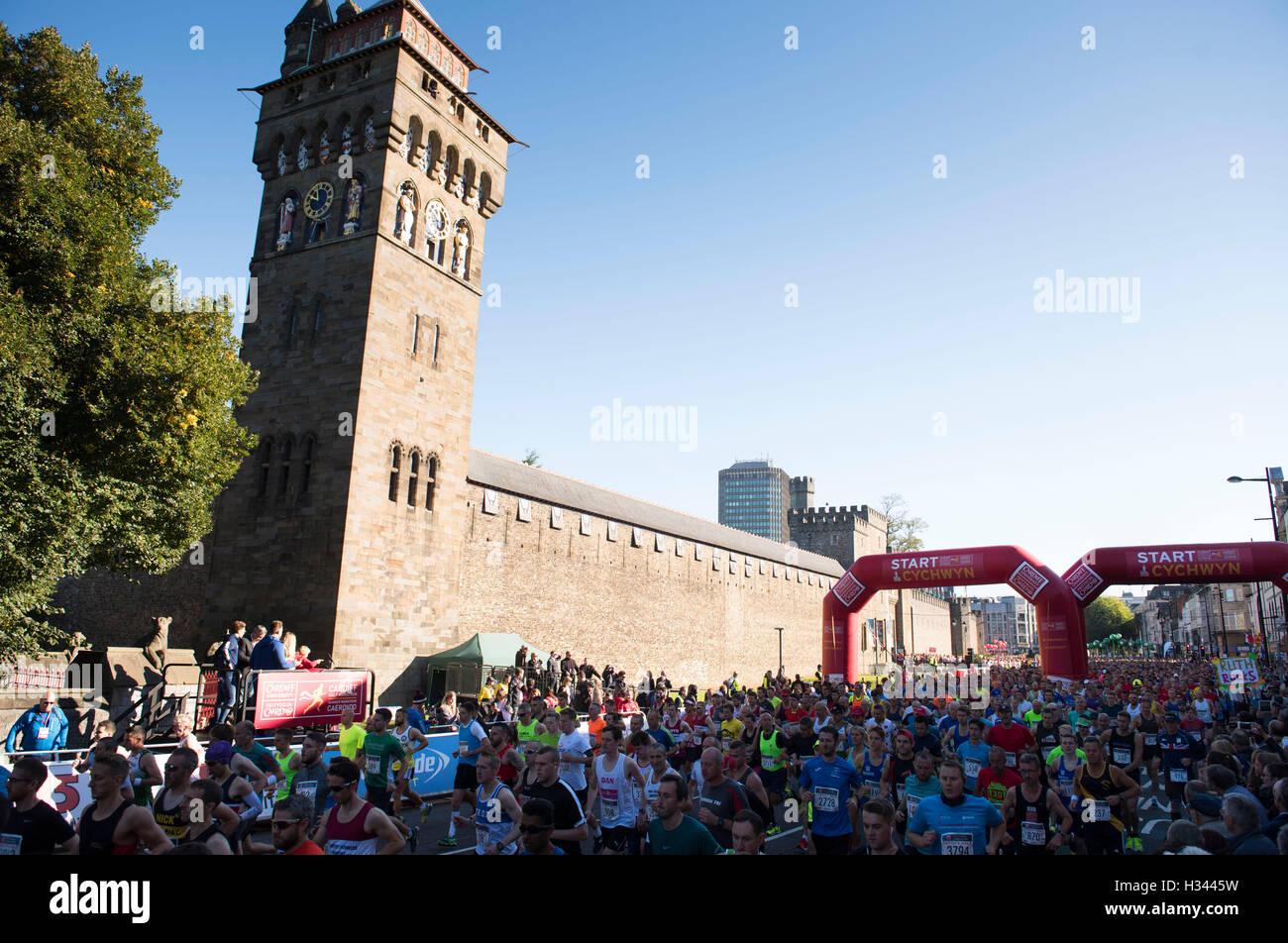 I corridori prendere parte in Cardiff Mezza Maratona Immagini Stock