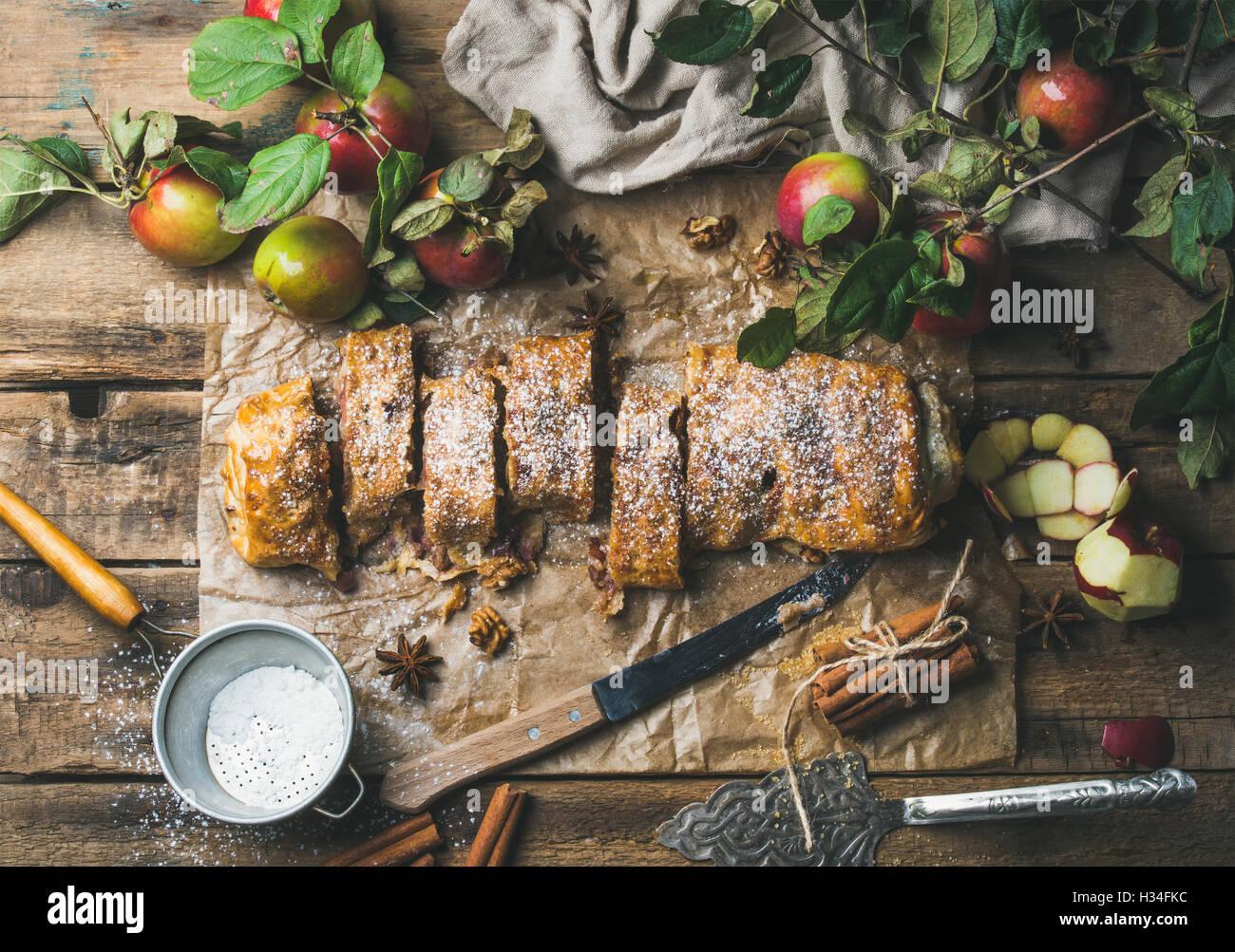Strudel di mele torta con cannella, noci e zucchero in polvere Immagini Stock