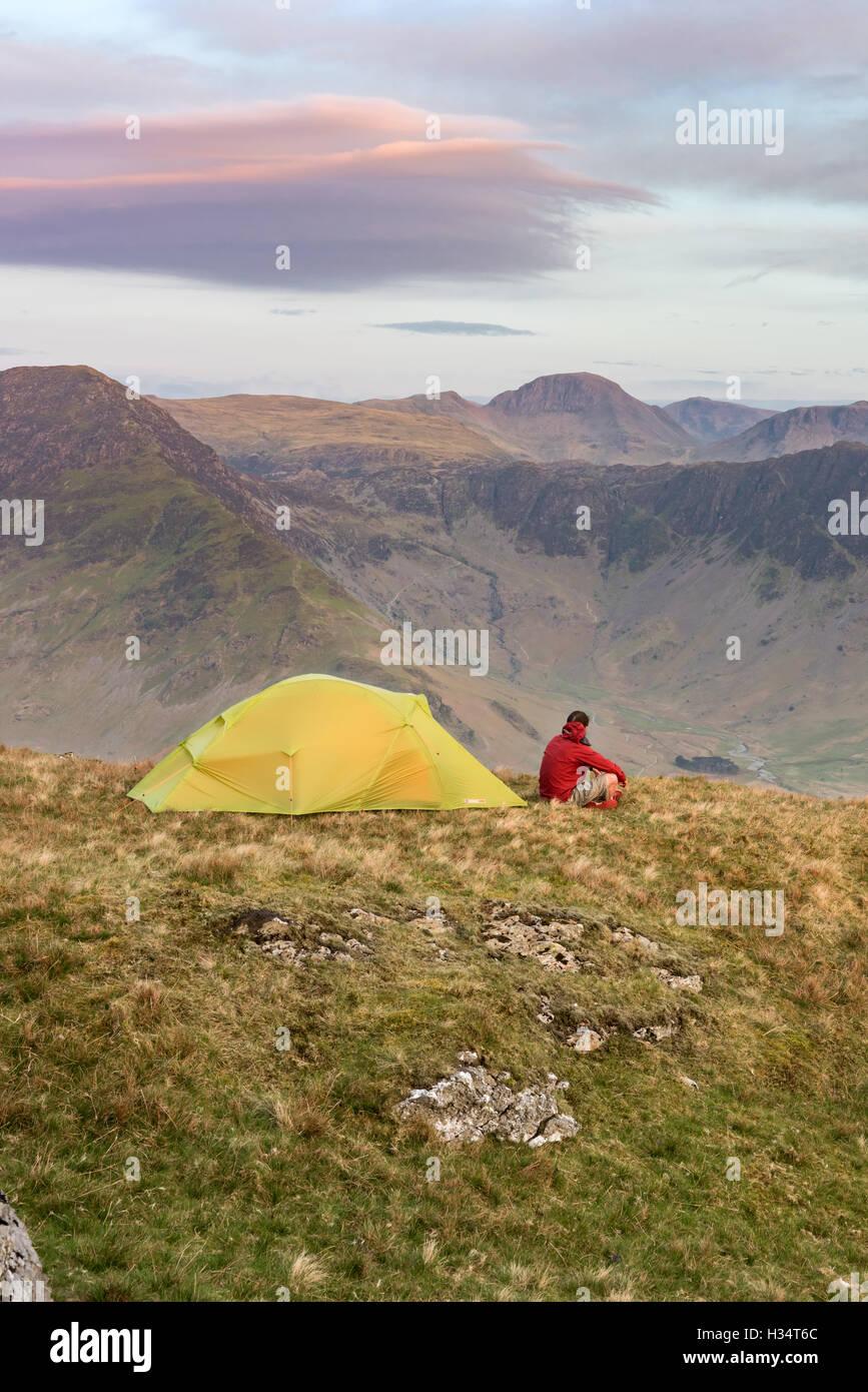Campeggio selvaggio su alta sopra Snockrigg Buttermere in inglese il Parco Nazionale del Distretto dei Laghi Immagini Stock