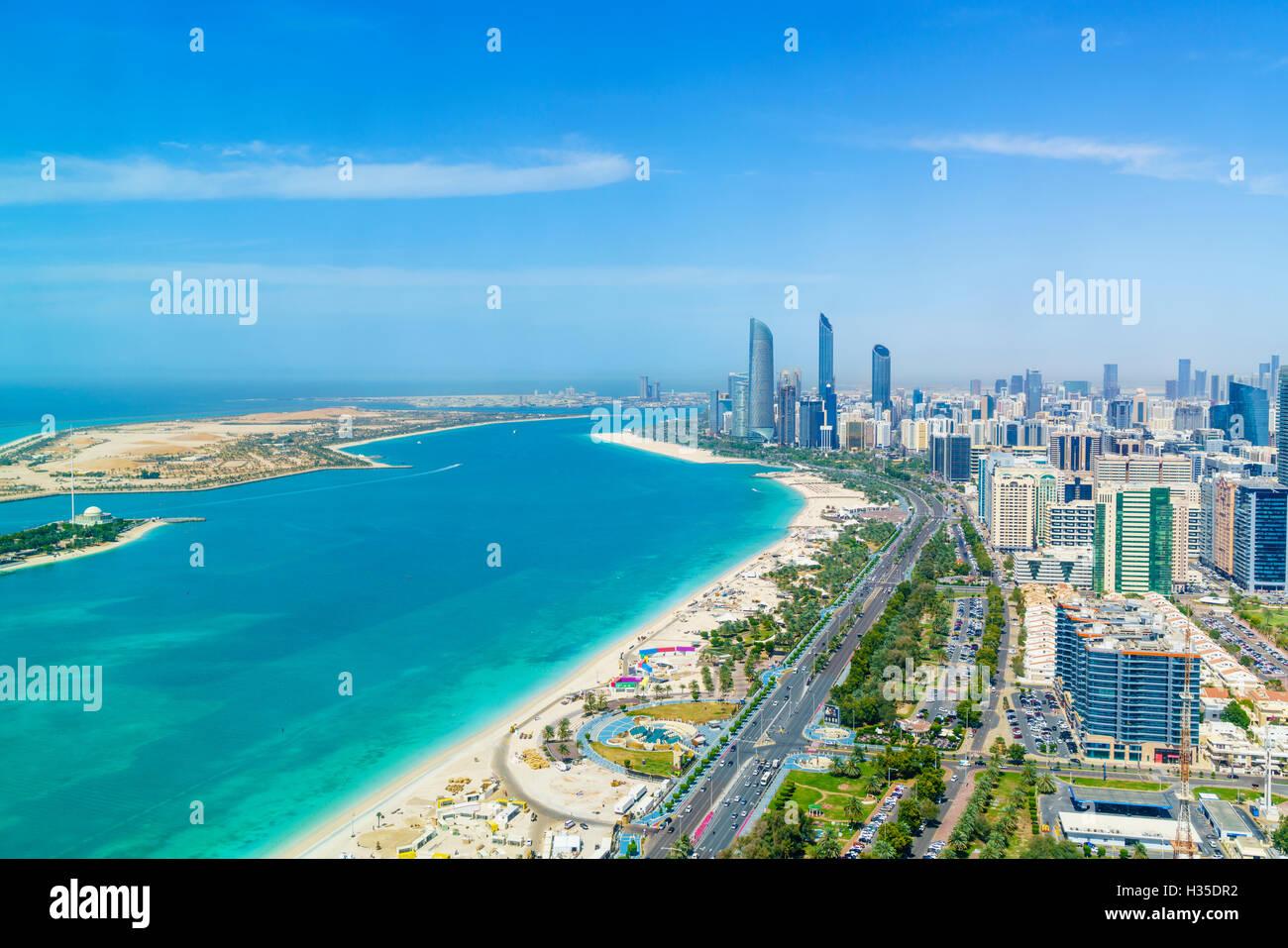 Skyline e Corniche, al quartiere Markaziyah, Abu Dhabi, Emirati Arabi Uniti, Medio Oriente Immagini Stock