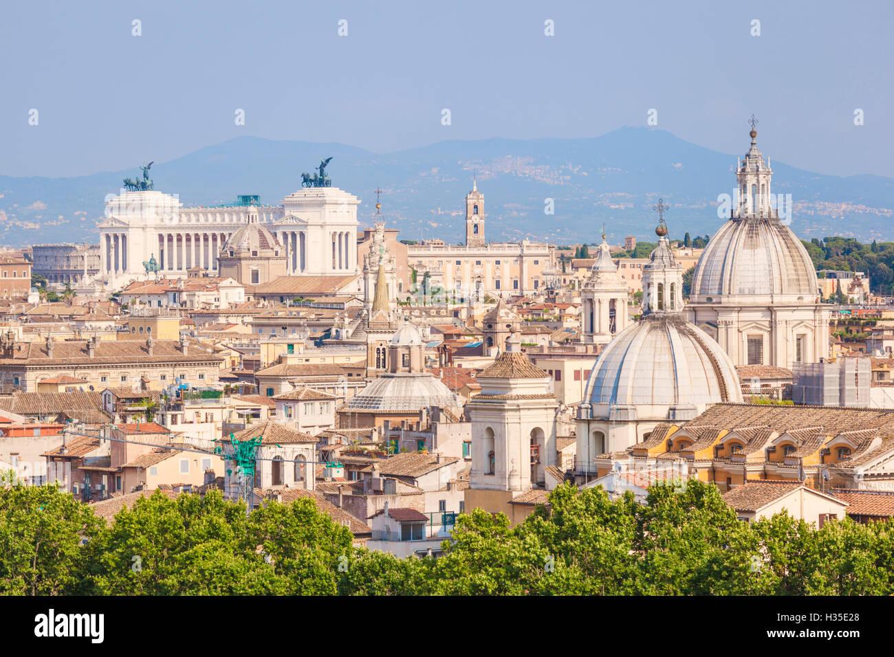 Chiese e cupole del panorama di Roma che mostra Vittorio Emanuele II monumento in distanza, Roma, lazio, Italy Immagini Stock