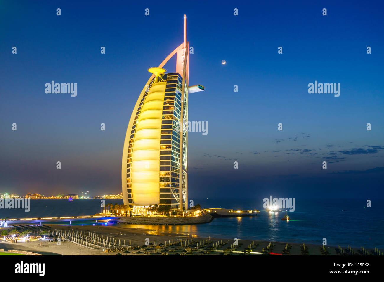Burj Al Arab hotel di notte, iconico segno distintivo di Dubai, Spiaggia di Jumeirah, Dubai, Emirati Arabi Uniti, Immagini Stock
