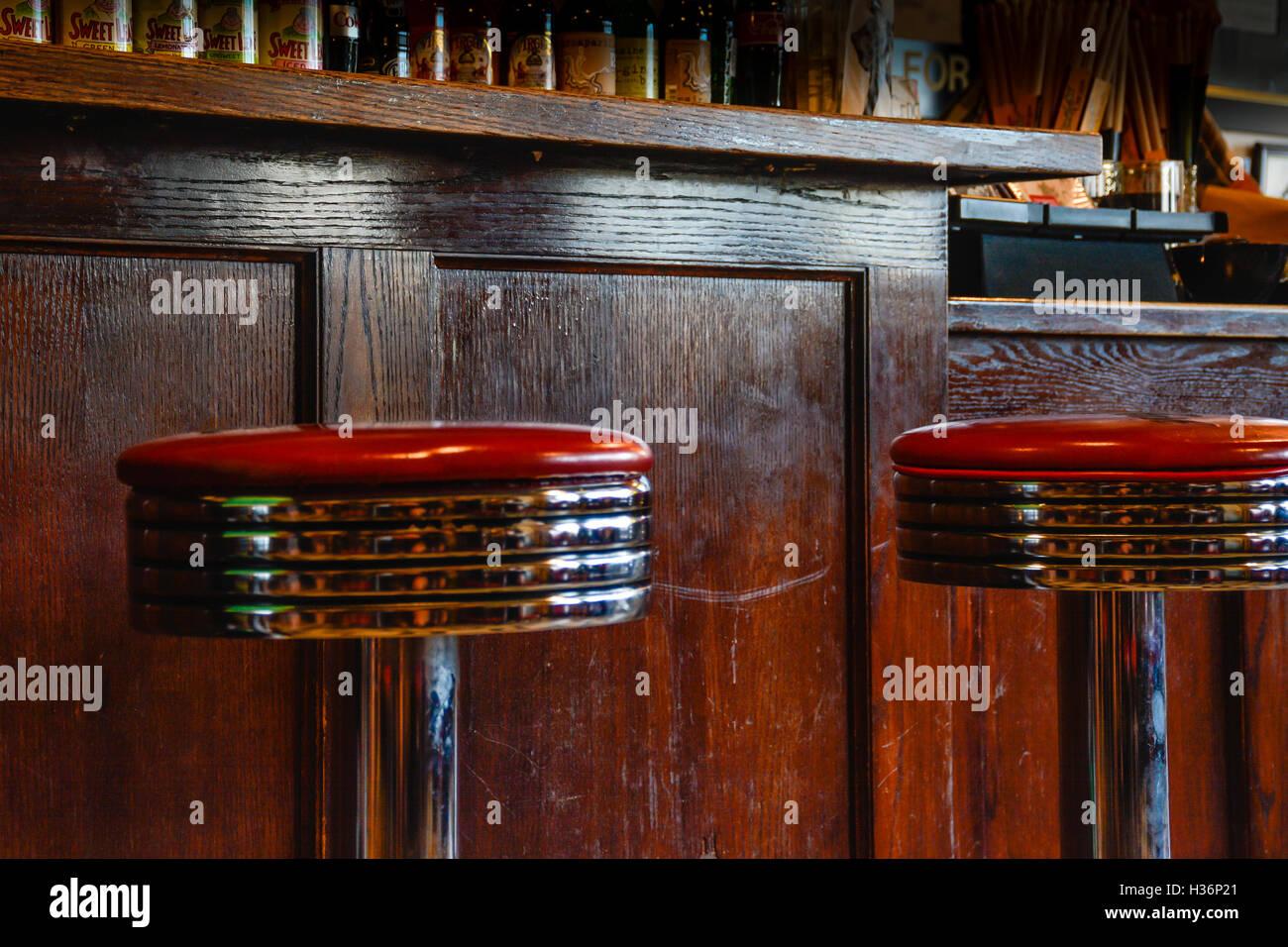 Interior retrò sgabelli bar di chrome e cuoio rosso contro vintage