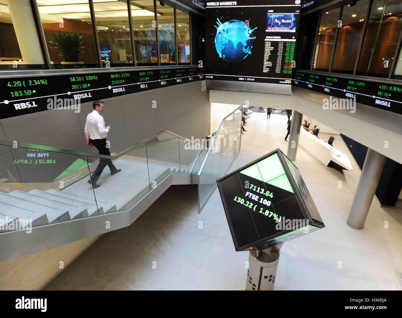 3342ed6341 Electronic Ticker tape mostra il FTSE 100 (in verde) all'interno del London