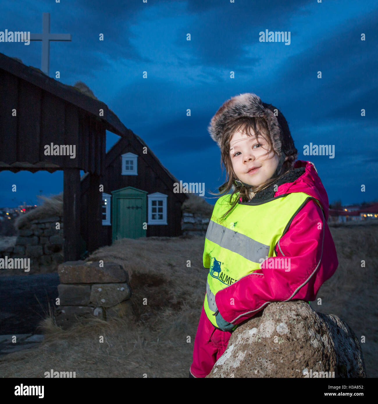 Giovane ragazza in età prescolare visitando il Museo Arbaejarsafn, Reykjavik, Islanda Immagini Stock