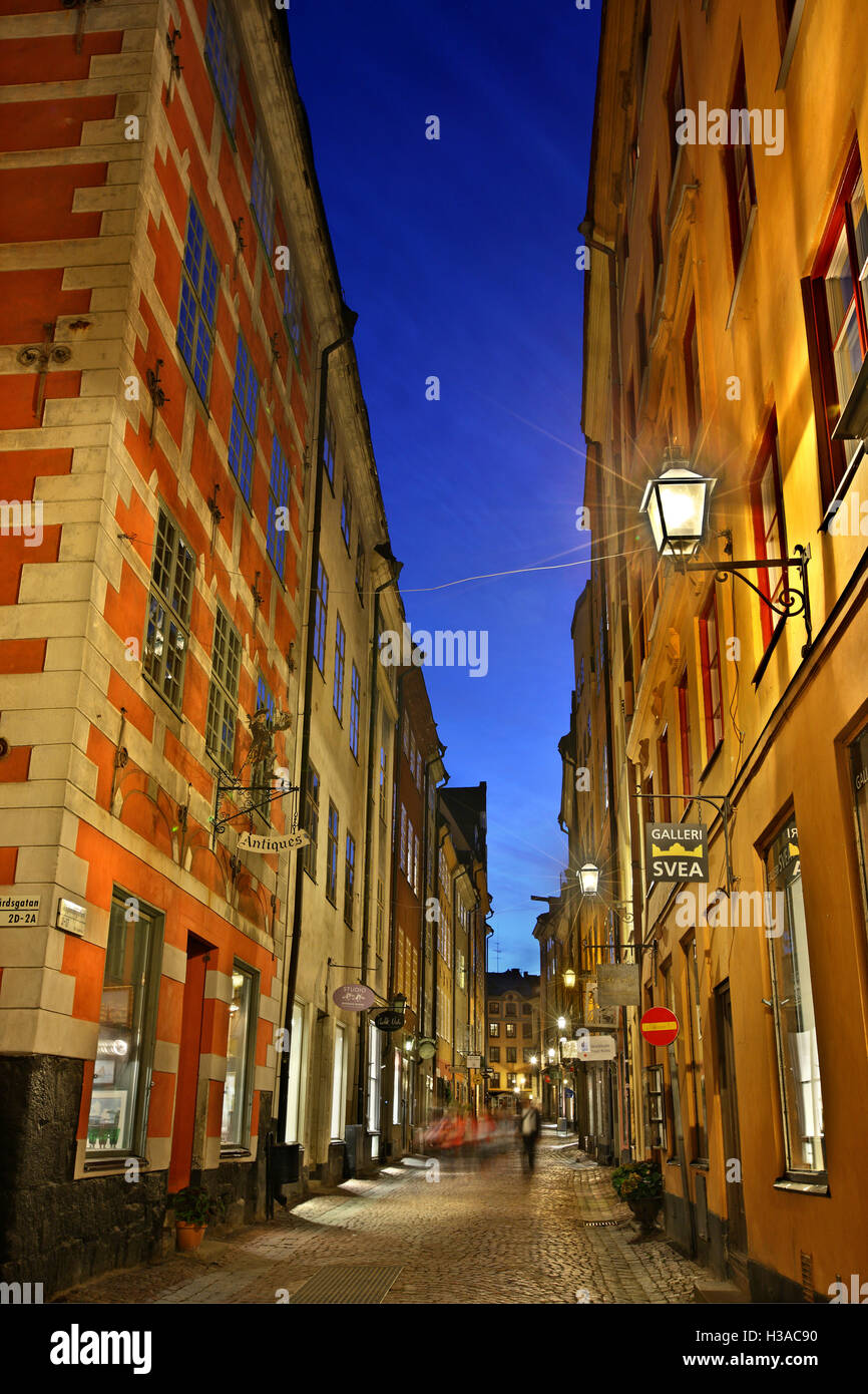 Passeggiate nei pittoreschi vicoli di Gamla Stan, la città vecchia di Stoccolma, Svezia. Foto Stock