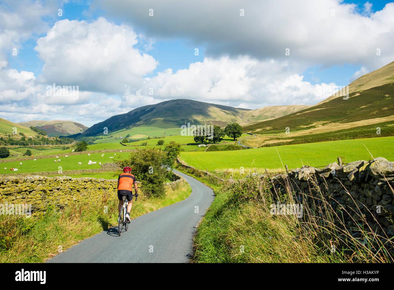 Ciclista avvicinandosi la Lune gola sottostante il Howgill Fells Cumbria Inghilterra England Regno Unito Immagini Stock