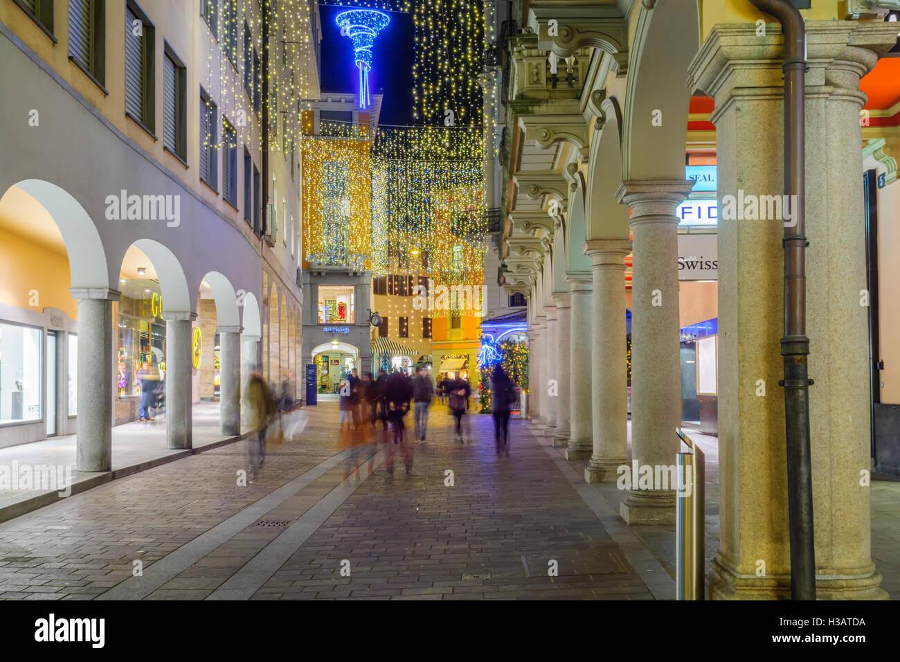 Decorazioni Natalizie Lugano.Lugano Svizzera 29 Dicembre 2015 Scena Serale In Via Nassa