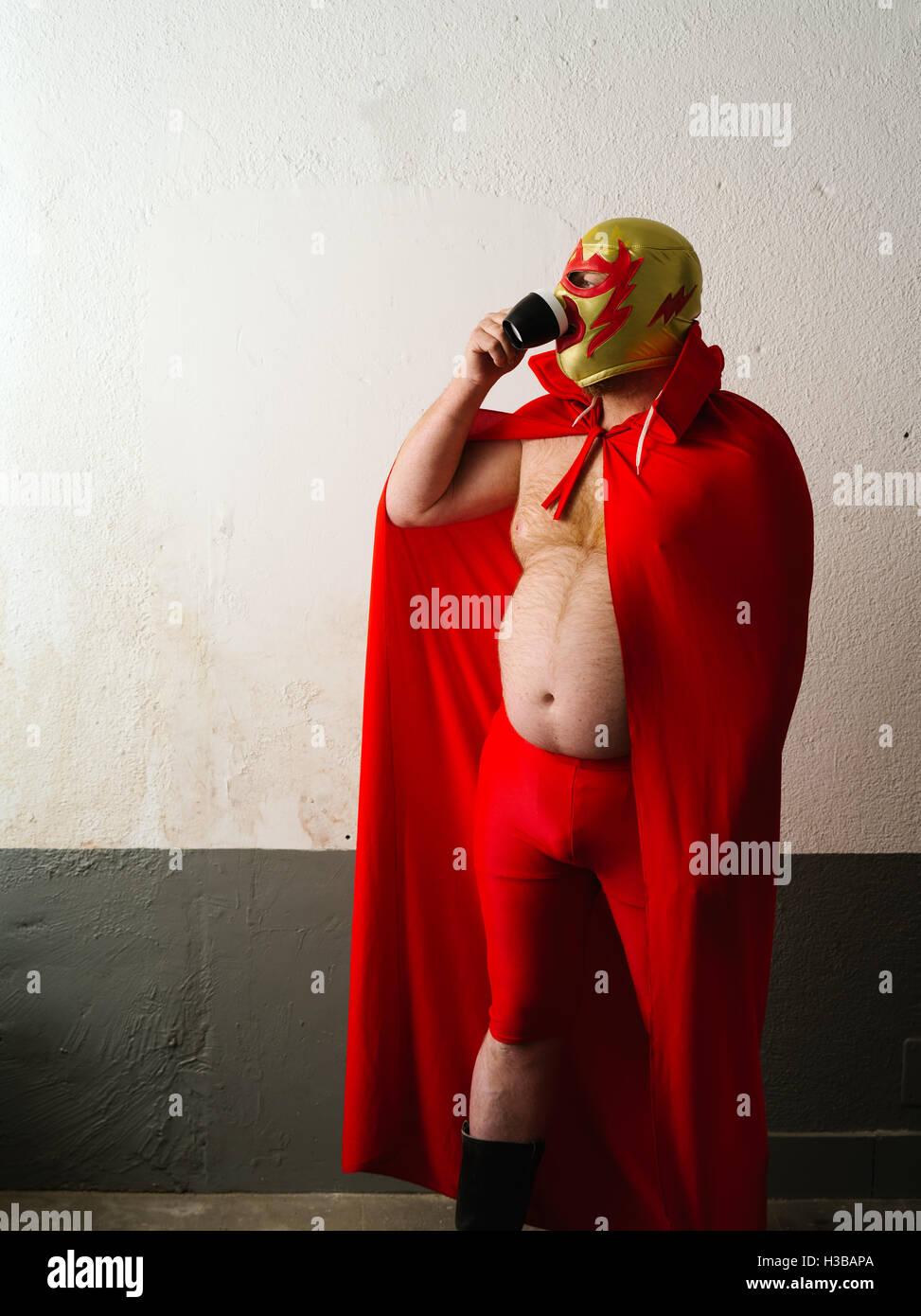 Fotografia di un wrestler messicano o Luchador bere caffè prima della sua lotta. Immagini Stock