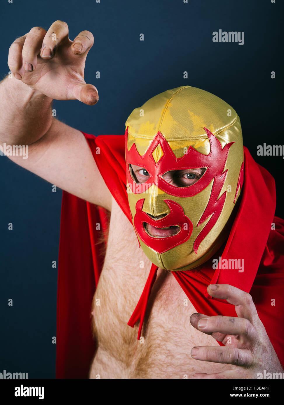 Fotografia di un wrestler messicano o Luchador in piedi in una lotta pongono. Foto Stock