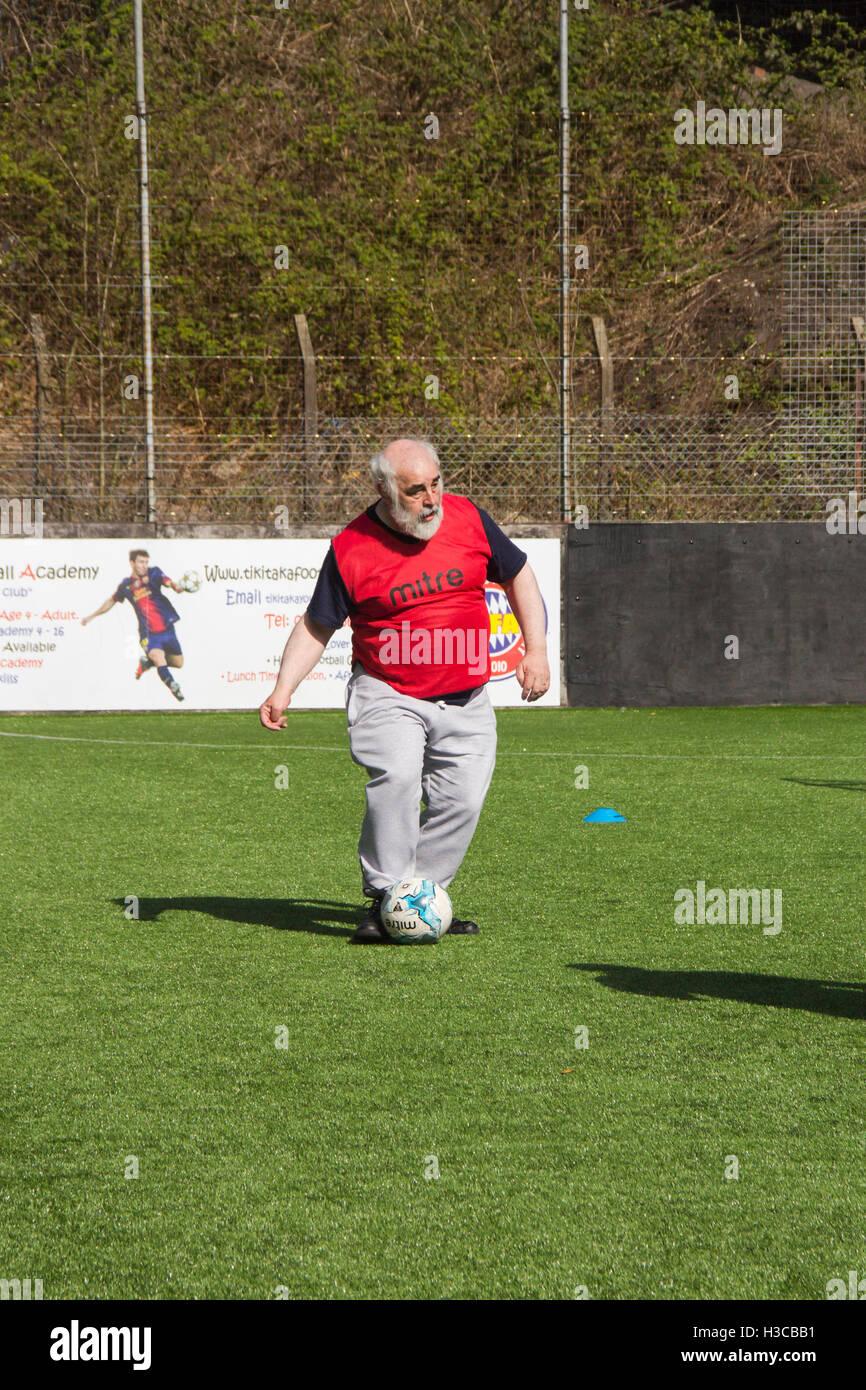 Uomo di mezza età che prendono parte a breve sessione di calcio a Bolton, Lancashire, organizzato da Bolton Immagini Stock