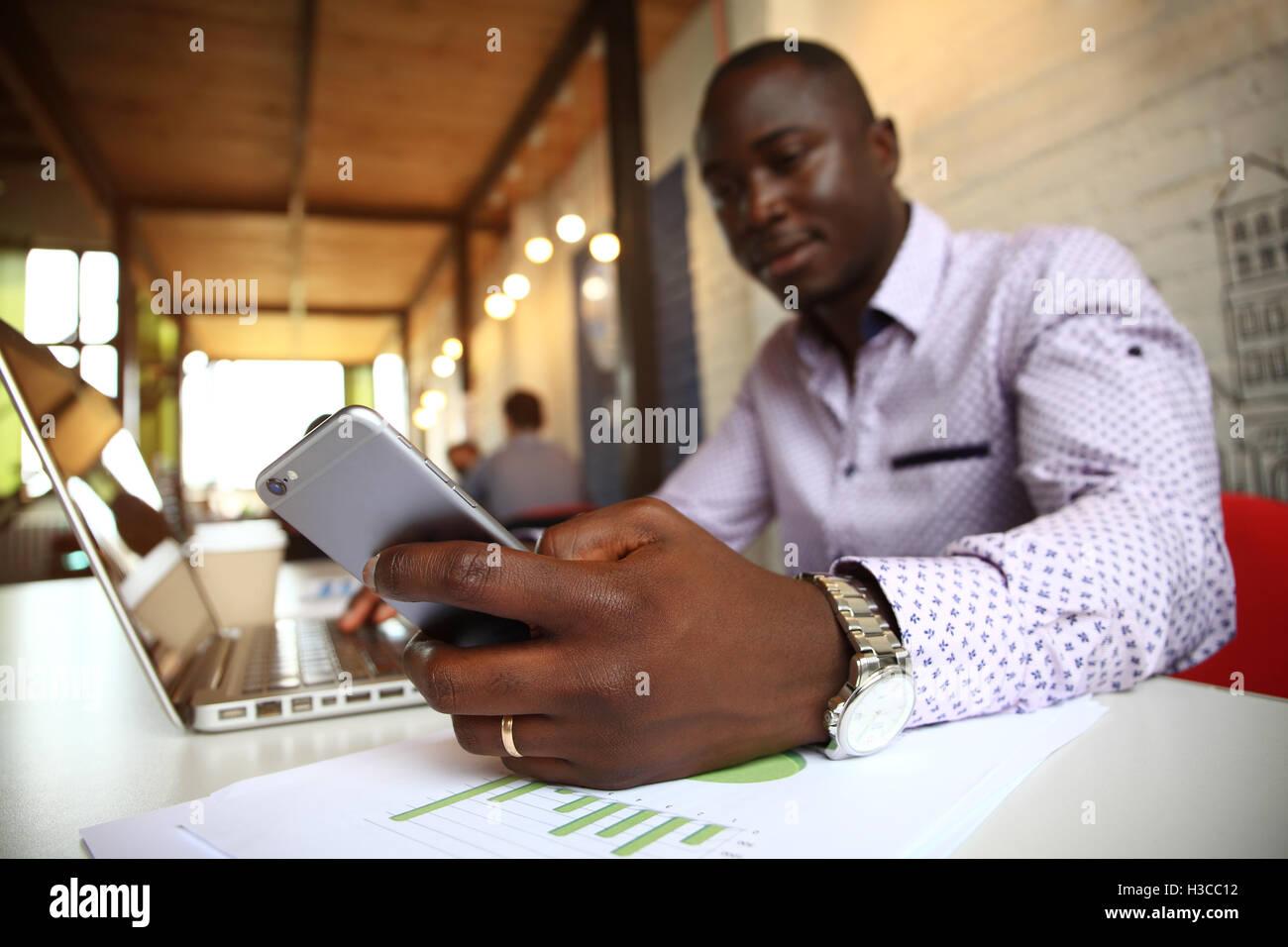 Nero imprenditore professionale in business abbigliamento formale sul mobile smartphone cellulari Immagini Stock