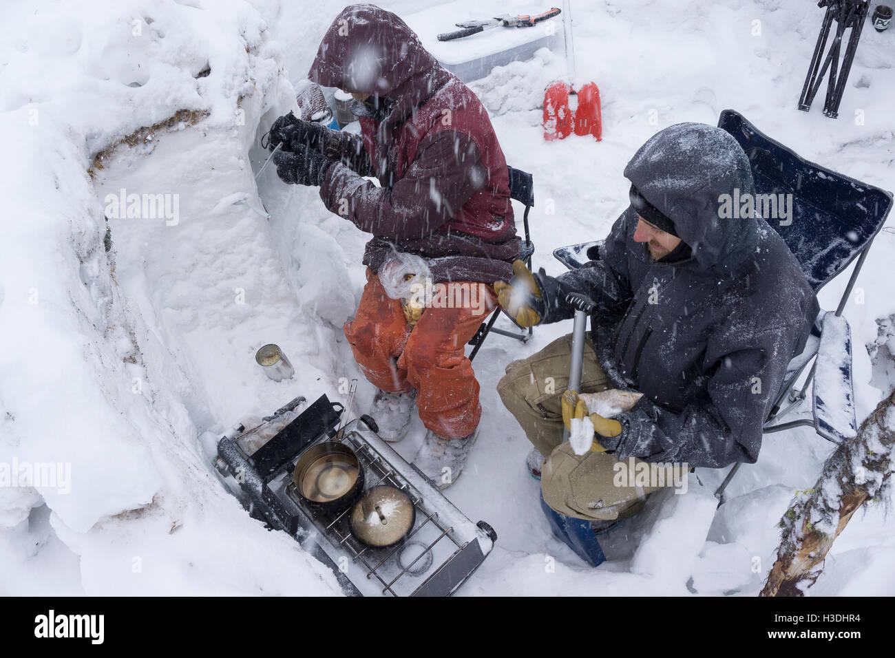 Cooking per colazione durante una tempesta di neve Immagini Stock