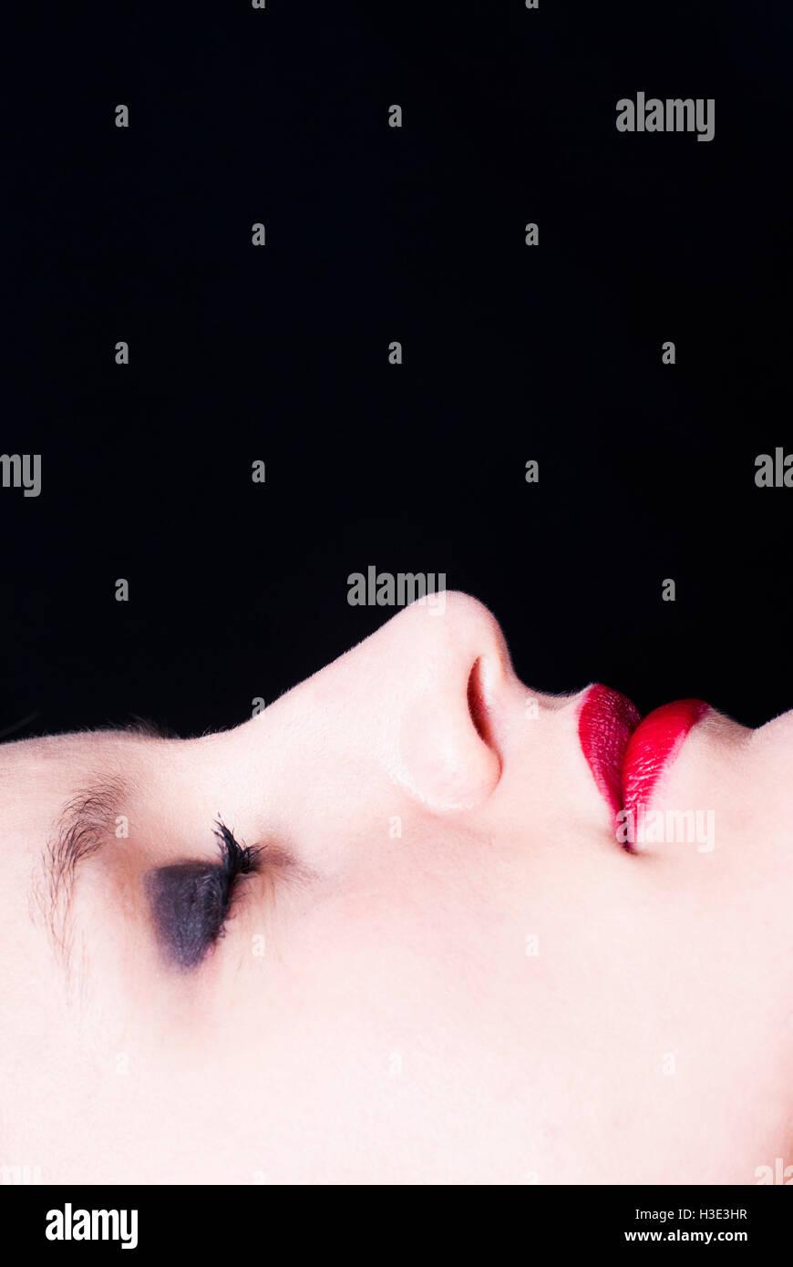 Close up di un volto di donna che indossa il trucco occhi chiusi Immagini  Stock 01f4548b516c