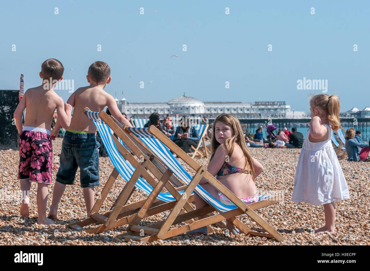 La spiaggia di Brighton sul soleggiato nel pomeriggio a molla Immagini Stock